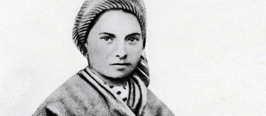 Zeitgenössische Aufnahme der französische Nonne Bernadette (eigentlich Maria Bernarda Soubirous) in jungen Jahren. Sie wurde am 17.2.1844 in Lourdes geboren und ist am 16.4.1879 in Nevers gestorben. 1858 hatte die damals 14jährigen Bernadette in der Grotte von Lourdes mehrere Marienerscheinungen, die 1862 kirchlich bestätigt wurden. 1933 wurde sie Heilig gesprochen. Der Ort in Südfrankfreich in den Pyrenäen ist einer der bekanntesten Wallfahrtsorte der Katholischen Kirche und wird jährlich von mehr als zwei Millionen Pilgern aufgesucht. Mehr als 60 Heilungen wurden bisher von der Kirche anerkannt. |